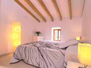 Beautiful Villa in Pollenca with Grill, sleeps 6 - Pollenca vacation rentals