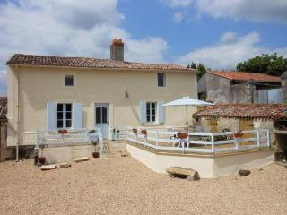 Perfect Cottage with Internet Access and Satellite Or Cable TV - Nueil sur Layon vacation rentals