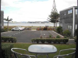 Bright 3 bedroom Whitianga Apartment with Balcony - Whitianga vacation rentals