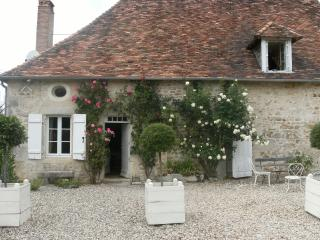 Perfect 3 bedroom La Trimouille Cottage with Internet Access - La Trimouille vacation rentals