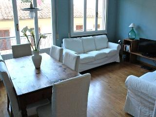 New and colourful apartment in central Florence, easy access to city sights, balcony, sleeps up to six - Florence vacation rentals