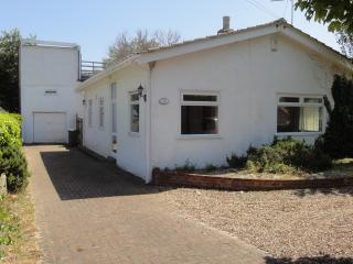 Nice Bungalow with Washing Machine and DVD Player - New Romney vacation rentals