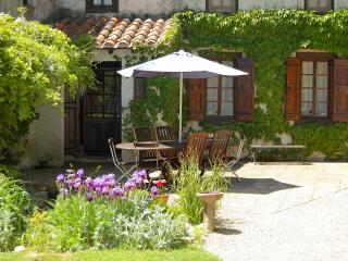 A Large 4 Bedroom Gite with a Pool for Up to 9 - Castelnaudary vacation rentals