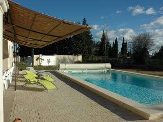 VILLA piscine climatisée 4 *-9 PERS-(18 couchages) - Arles vacation rentals