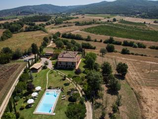 Tuscan villa in Chianti boasts private outdoor pool, jacuzzi, gardens and terrace - Castelnuovo Berardenga vacation rentals