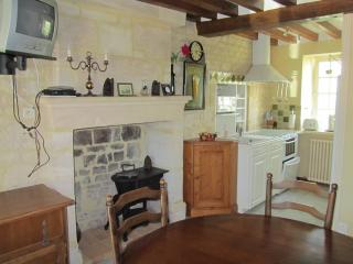 Cozy 2 bedroom Bayeux Gite with Internet Access - Bayeux vacation rentals