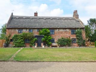 THE MANOR HOUSE, thatched property, hot tub, wet room, WiFI, woodburners, manor house near Gorleston-on-Sea, Ref. 913919 - Gorleston-on-Sea vacation rentals