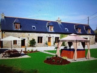 3 bedroom Farmhouse Barn with Hot Tub in Saint Nicolas du Pelem - Saint Nicolas du Pelem vacation rentals