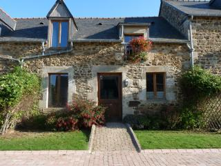 Nice Gite with Internet Access and Satellite Or Cable TV - Corseul vacation rentals