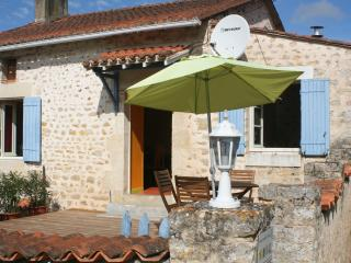 Nice Gite with Internet Access and Satellite Or Cable TV - Chalandray vacation rentals