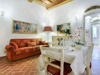 Classic Florentine-style apartment in historic centre of the city, sleeps 4 - Florence vacation rentals