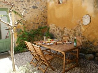 Delightful House, courtyard, wifi. Carcassonne, Canal du Midi, beaches, wineries - Azille vacation rentals
