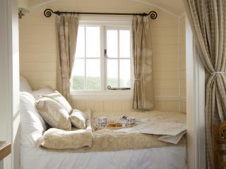Romantic 1 bedroom Shepherds hut in Tewkesbury with Internet Access - Tewkesbury vacation rentals