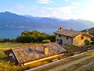 Rustico del '700 affacciato sul Lago di Garda - San Zeno di Montagna vacation rentals