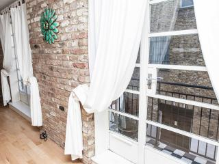 Attractive 4 bedroom townhouse with terrace in London Zone 1 - London vacation rentals