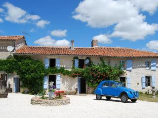 Charming 3 bedroom Montmoreau-Saint-Cybard Bed and Breakfast with Internet Access - Montmoreau-Saint-Cybard vacation rentals