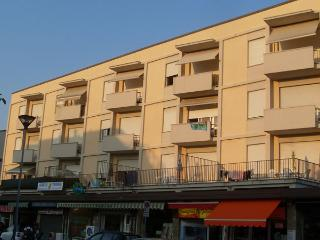 Romantic 1 bedroom Tirrenia Condo with Internet Access - Tirrenia vacation rentals
