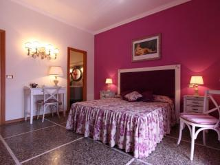Miriam Guesthouse - Camera Viola - Rome vacation rentals