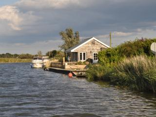 2 bedroom Cottage with Private Fishing in Potter Heigham - Potter Heigham vacation rentals