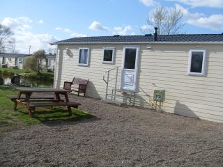 Comfortable 2 bedroom Caravan/mobile home in Gainsborough with Internet Access - Gainsborough vacation rentals