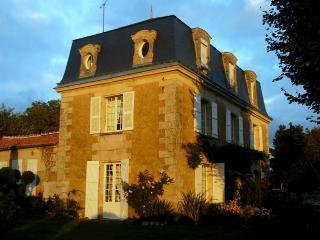 Mansart  1845, Parc 2 h 5  4 chambres 10 personnes - Chalais (Vienne) vacation rentals