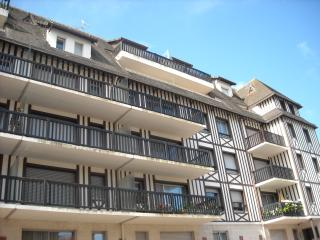 Cozy 1 bedroom Tourgeville Condo with Balcony - Tourgeville vacation rentals