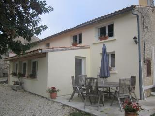 Sunny 4 bedroom Saint Jean d'Angely House with Internet Access - Saint Jean d'Angely vacation rentals