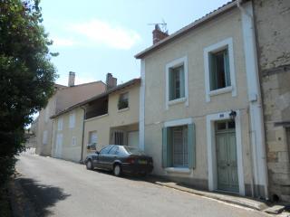 16 rue du chateau, Chalais, 16 - Chalais (Charente) vacation rentals