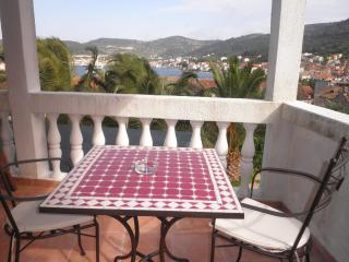Green apartment (sea view, terrace, for 2) - Vis vacation rentals