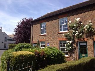 Charming 2 bedroom Cottage in Rodmersham with Internet Access - Rodmersham vacation rentals