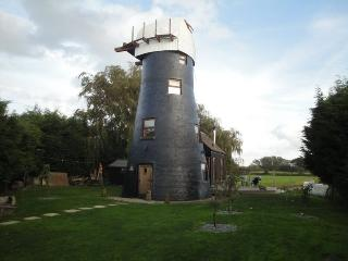 Perfect 2 bedroom Windmill in Potter Heigham with Deck - Potter Heigham vacation rentals