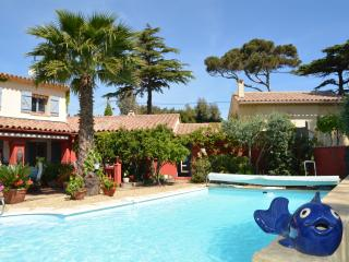 Nice Villa with Internet Access and Dishwasher - Saint-Aygulf vacation rentals