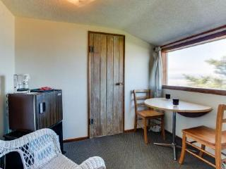 Oceanfront upstairs condo w/beach access - dogs welcome! - Waldport vacation rentals
