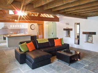 THE LOFT, feature vaulted ceiling, patio with hot tub and furniture, great base for walking, romantic retreat, Ref 2183 - Ashover vacation rentals