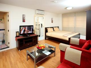Sleak Studio Apt. CBD Bangkok - Bangkok vacation rentals