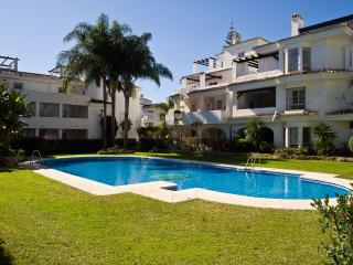 Beautiful Condo with Dishwasher and A/C - Puerto José Banús vacation rentals