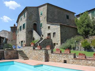 Impressive stone built Tuscan holiday villa with private grounds and swimminig pool, sleeps 10 - Castiglion Fiorentino vacation rentals