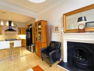 Cozy 3 bedroom Edinburgh Condo with Internet Access - Edinburgh vacation rentals
