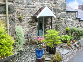 BRYN HYFRYD BACH, romantic, character holiday cottage, with open fire in Llanbedr, Ref 1706 - Llanbedr vacation rentals