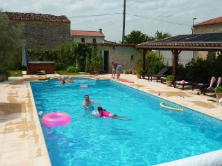 Sunny Gite in Saint Jean d'Angely with Satellite Or Cable TV, sleeps 6 - Saint Jean d'Angely vacation rentals
