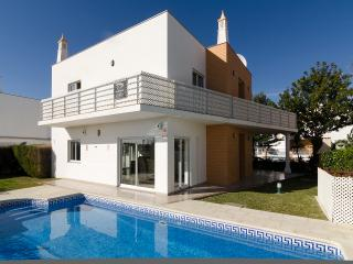 Villa Lillia - 4 bedrooms plus 4 bath/shower rooms - Albufeira vacation rentals