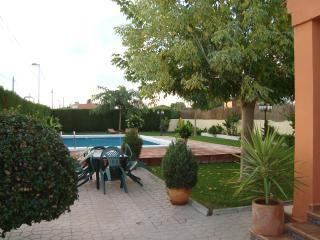 CHALET AVEC PISCINE ET ESPACE VERT 750 M - Oropesa Del Mar vacation rentals