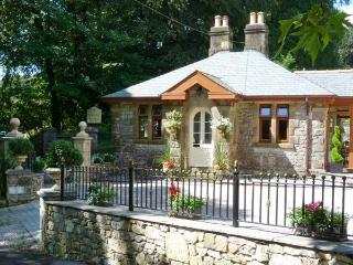NORTH LODGE, semi-detached cottage, single-storey, woodburner, plenty to see and do nearby, near Grange-over-Sands, Ref 18928 - Allithwaite vacation rentals