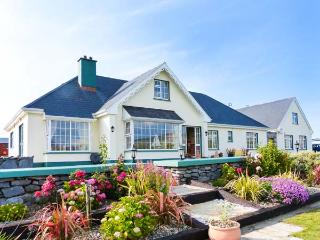 DONOUR LODGE, en-suite facilities, sauna, sea views from patio, WiFi, close to Blue Flag beach, Ref 915132 - Galway vacation rentals
