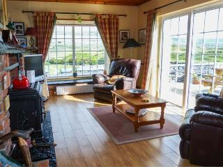 DONOUR LODGE, en-suite facilities, sauna, sea views from patio, WiFi, close to Blue Flag beach, Ref 915132 - Fanore vacation rentals