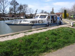 bateau vedette hollandaise à quai - Maconge vacation rentals