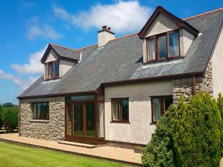 CAE GLAS, woodburner, lawned garden, table tennis, rural location, in Llangefni, Ref 22105 - Llangefni vacation rentals