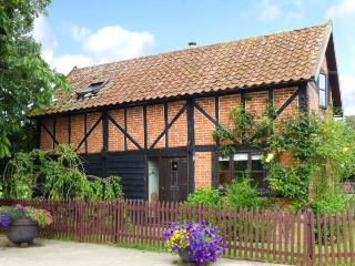 THE GRANARY, detached, 18th century cottage, exposed beams, woodburner, pet-friendly, in Hingham, Ref 914208 - Hingham vacation rentals