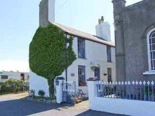TY CAPEL pet-friendly, woodburning stove, near to beaches in Rhoscolyn Ref 915471 - Island of Anglesey vacation rentals