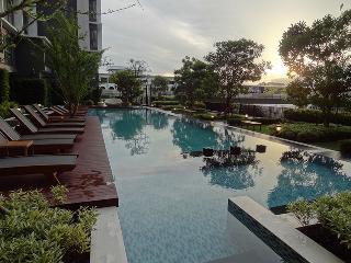 Apartment in Bangkok near train,pool,fitness,Wifi - Bangkok vacation rentals